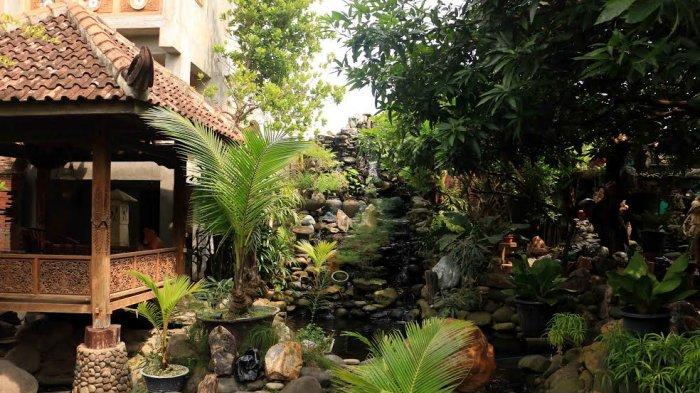 Batu Akik Percantik Taman, Air Terjun Buatan Bikin Rumah Makin Terasa Sejuk