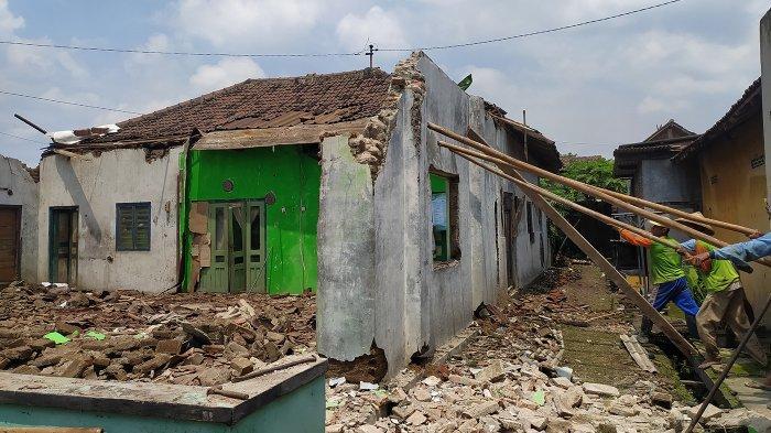 Mbah Reso Tertimpa Puing Atap Rumahnya, Pelipisnya Terluka: Ada Suara Grubyuk, Saya Kira Kereta Api
