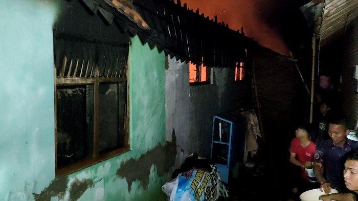 Rumah produksi kerupuk yang berada di RT 4 RW 6, Kelurahan Kebulen Medono, Kecamatan Pekalongan Barat, Kota Pekalongan, Jawa Tengah pada Sabtu (21/8/2021) malam ludes terbakar.