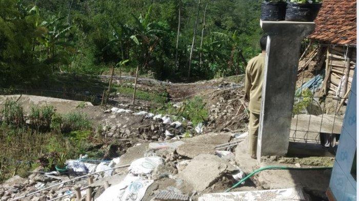 Tanah ambles rusak pemukiman warga Desa Gumingsir, Pagentan Banjarnegara.