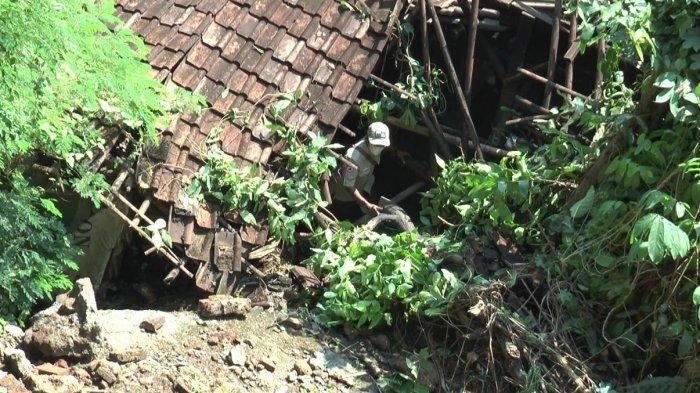 Rumah Sukari di Kaliwungu Kendal Tertimpa Longsor Tebing 12 Meter