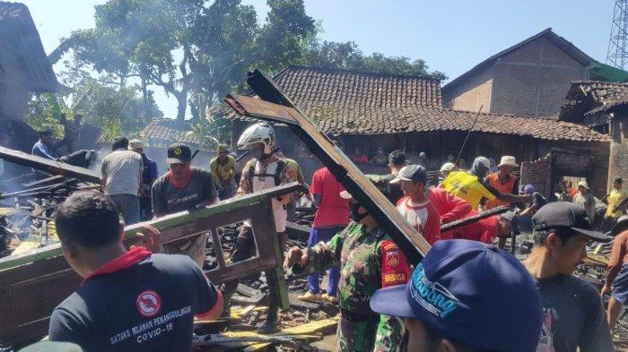 Sejumlah warga membantu mengamankan barang milik Warsi setelah rumahnya terbakar, Kamis (22/4/2021).