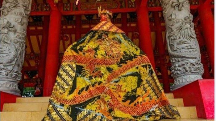 Salah satu gaun karya Bebby yang terbuat dari batik kontemporer motif naga.