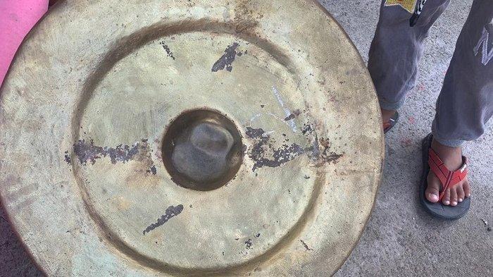 Salah satu perangkat Gamelan yang dirusak Ki Dalang Gondho Wartoyo di depan rumahnya di Dukuh Bulu RT 004 RW 003, Desa Tegalgiri, Kecamatan Nogosari, Kabupaten Boyolali. Penampakan alat-alat yang rusak dan berantakan, Sabtu (3/4/2021).