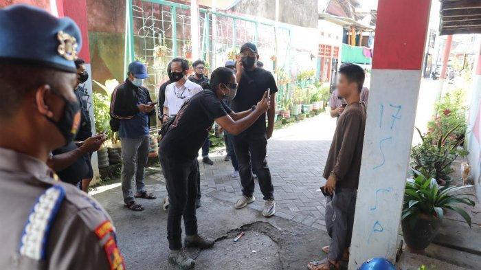 Sosok Misterius Mendadak Datang Saat Polisi Geledah Rumah Lukman Pelaku Bom Makassar: Wajah Difoto