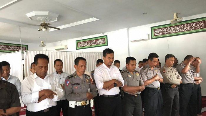 Anggota Polres Tegal Kota Salat Gaib untuk Almarhum Ipda Erwin