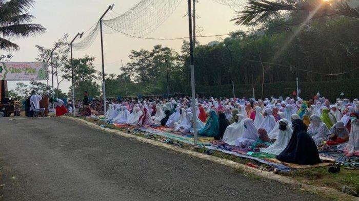 Umat Budha di Desa Aribaya Jaga Rumah Penduduk saat Ditinggal Umat Islam Salat Id