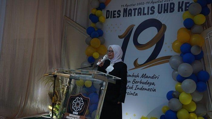 Sambutan sekaligus pembuka acara Dies Natalis UHB yang ke-19 oleh Ibu dr. Pramesti Dewi, M.Kes (Rektor UHB)