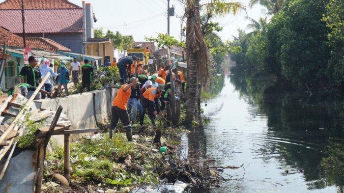 Hotline Semarang : Bersihkan Sampah Sungai Citarum dan Pasar Hewan Barito