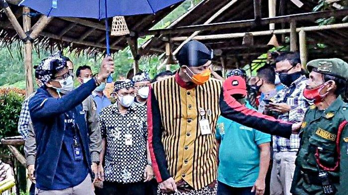 Sandiaga Uno Payungi Ganjar Pranowo Nongkrong Bareng di Desa Wisata Lerep