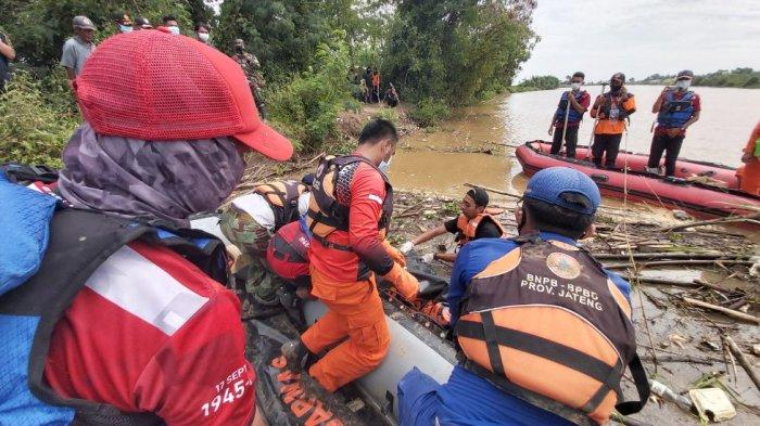 Tim SAR gabungan evakuasi Tarjuni (62), warga Dukuh Sirandu RT 14 RW 4, Desa Randumuktiwaren, Kecamatan Bojong, Kabupaten Pekalongan, Jawa Tengah yang tenggelam di Sungai Sragi.