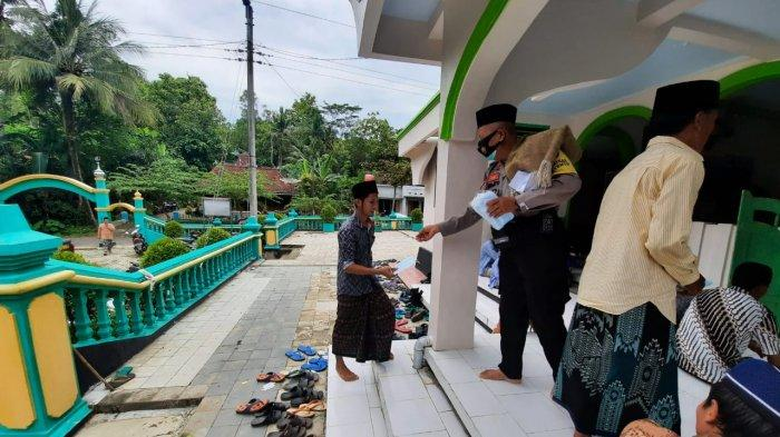 Sambil Patroli Dialogis, Sat Sabhara Polres Kebumen Bagikan Masker ke Jemaah Masjid