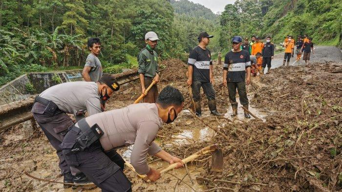 Gunakan Cangkul dan Sekop, Anggota Polres Kebumen Bantu Evakuasi Longsor di Sempor
