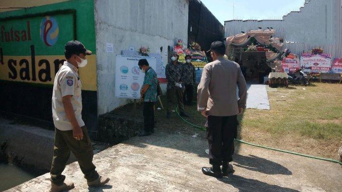 Satgas Covid-19 Cilacap Utara saat membubarkan acara hajatan di rumah HM (55) warga Jalan Salam RT 1 RW 5 Kelurahan Mertasinga, Kecamatan Cilacap Utara, Kabupaten Cilacap, Minggu (4/7/2021).