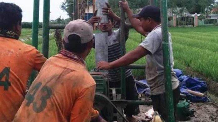 Cari Sumber Air, Satgas TMMD Lakukan Pengeboran di Tengah Sawah