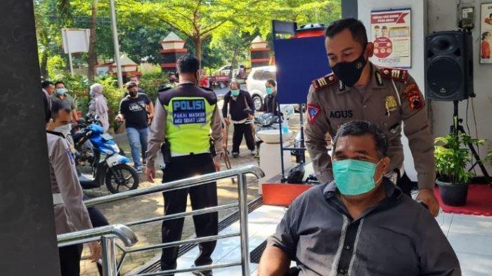 Satlantas Polrestabes Semarang mendata dan melatih para penyandang disabilitas dalam proses pembuatan SIM, di Kota Semarang, Sabtu (6/3/2021).