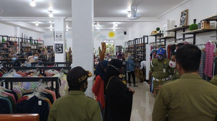 Pembukaan Toko Baju di Karanganyar Timbulkan Kerumunan, Satpol PP Lakukan Penindakan