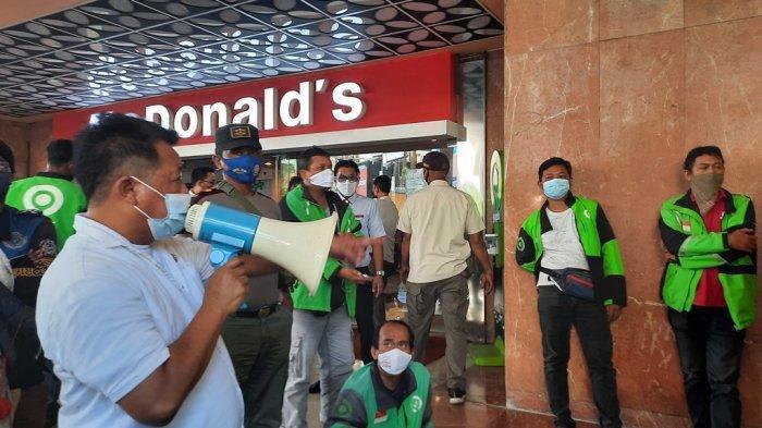 Petugas Satpol PP Kota Semarang membubarkan kerumunan dan menutup sementara McDonald's Mall Ciputra, Rabu (9/6/2021)
