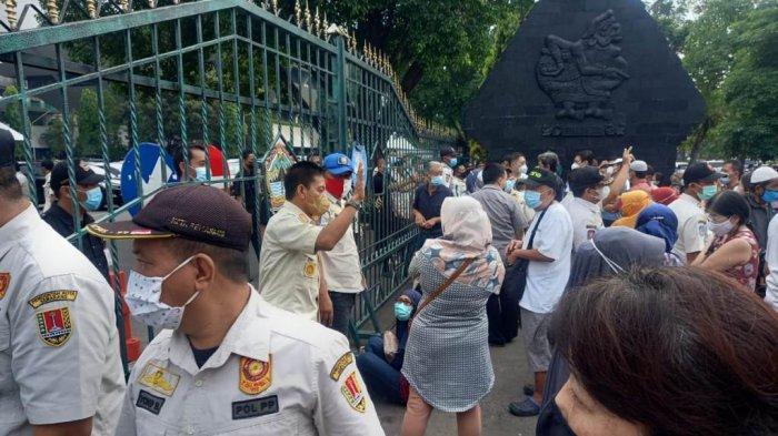Petugas gabungan Satpol PP Kota Semarang, Satpol PP Provinsi Jawa Tengah, dan Kepolisian membubarkan kerumunan warga yang mengantre vaksinasi di gedung Gradhika Bhakti Praja Pemerintah Provinsi Jawa Tengah, Rabu (9/6/2021).