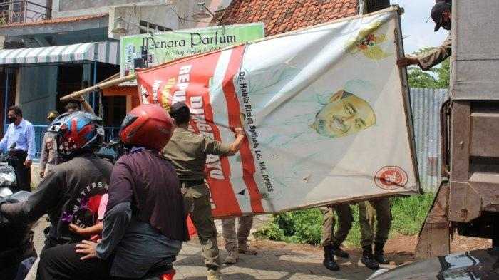 Satpol PP membersihkan baliho bergambar Habib Rizieq di kawasan Semarang Utara, Sabtu (21/11/2020). (foto 3)