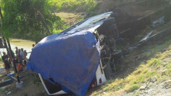 HINDARI Truk Ngebut, Bus Berpenumpang 23 Orang Terjun ke Jurang di Gubug