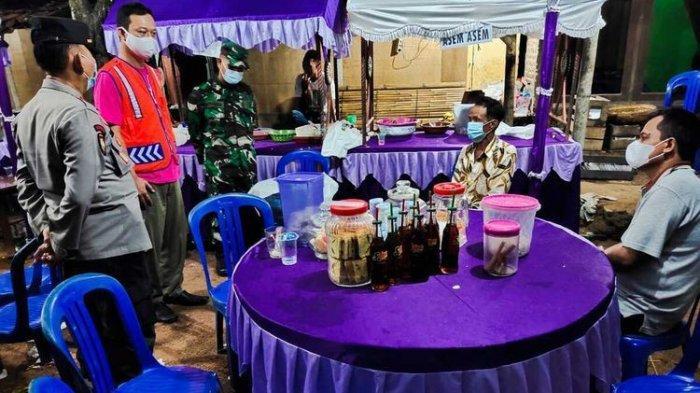 Satuan Tugas Covid-19 Kabupaten Kudus, Jawa Tengah membubarkan tiga hajatan pernikahan yang digelar di wilayah Kecamatan Jekulo, Sabtu (29/5/2021) malam.