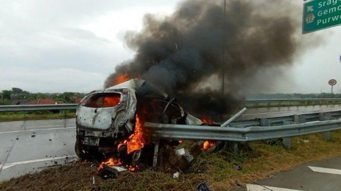 Sebuah mobil terbakar di jalur exit tol Pungkruk Sragen, Jumat (18/12/2020). Pria tewas terpanggang di dalam mobil bernama Yanuar Pangestu Adi (41) asal Tambaktomo II RT 01/RW 02, Desa Tambakromo, Kecamatan Gebeng, Kabupaten Ngawi, Jawa Timur.