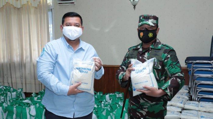 Secara simbolis penyerahan paket sembako dilakukan oleh Area Manager Communication, Relations & CSR Pertamina Refinery Unit wilayah Cilacap, Hatim Ilwan kepada Danlanal, Kolonel Laut (PM) Sugeng Subagyo di aula Makolanal, Kamis (29/4/2021).