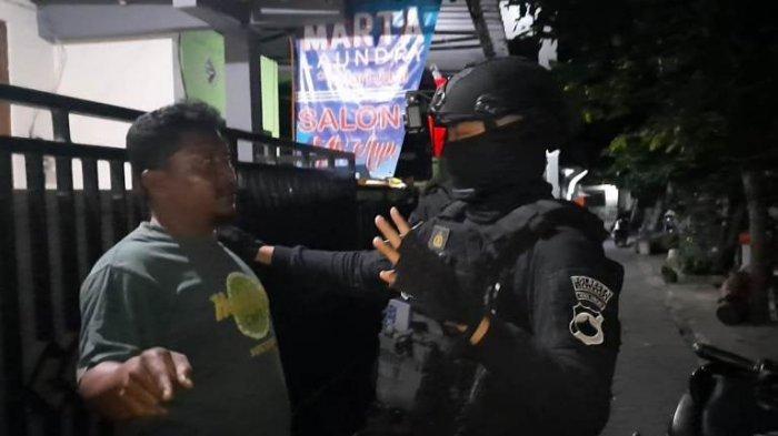 Asyik Bermain Judi Dadu Pakai Handphone, Tim Sparta Polresta Solo Amankan Lima Pemuda di Stabelan