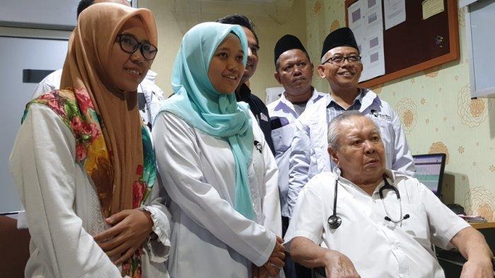 Gusdurian Solo Jenguk Dokter Lo Siaw Ging, Bawa Buku Gus Dur