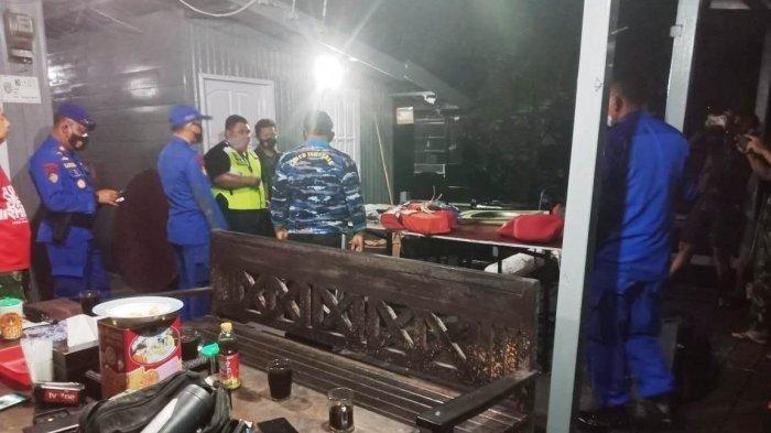 Sejumlah bahan material mirip bagian badan pesawat dan benda lainnya di Perairan Kotawaringin Barat, Kalimantan Tengah, yang diamankan oleh petugas untuk diperiksa lebih lanjut oleh KNKT.