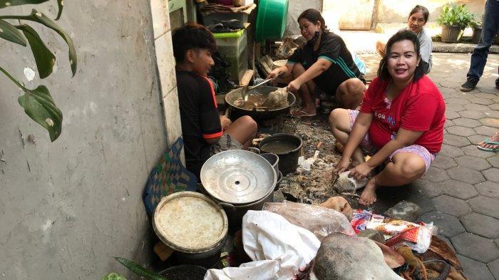 Sejumlah ibu rumah tangga di Kampung Bustaman Kota Semarang, membersihkan kepala hewan qurban, Selasa (20/7/2021).
