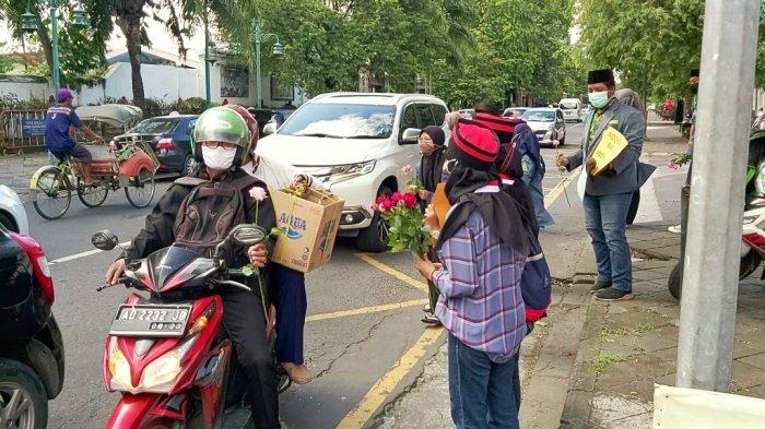 Sejumlah OKP di Kota Solo bagikan bunga mawar sebagai simbol perdamaian atas aksi terorisme di Makassar dan Mabes Polri, Jumat (3/4/2021).