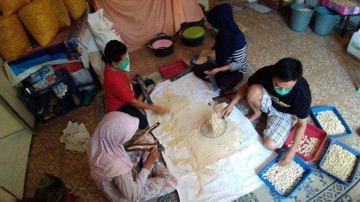 Sejumlah pegawai tengah membuat kue keciput di Toko Barokah 78, Jalan dr Wahidin Sudiro Husodo nomor 78, RT 2 RW 2, Kelurahan Demangan, Kecamatan Kota?, Kabupaten Kudus, Sabtu (24/4/2021).?