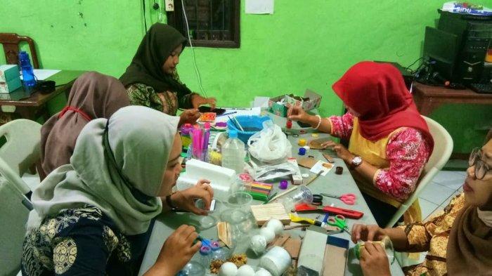 FMIPA Unnes Edukasi Pengajar Ubah Limbah Organik & Anorganik Jadi Media Pembelajaran Anak Usia Dini