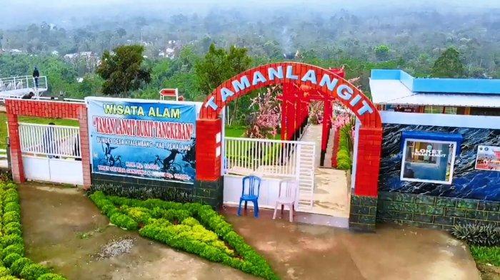 Sejumlah pengunjung asyik mengabdi momen saat berkunjung ke Taman Langit yang ada di Bukit Tangkeban, yang terletak di DesaNyalembeng, Kecamatan Pulosari, Kabupaten Pemalang, Jumat (30/4/2021).
