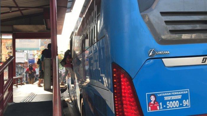 Sejumlah penumpang yang ada di halte Pasar Karangayu masuk ke BRT, Selasa (8/6/2021).