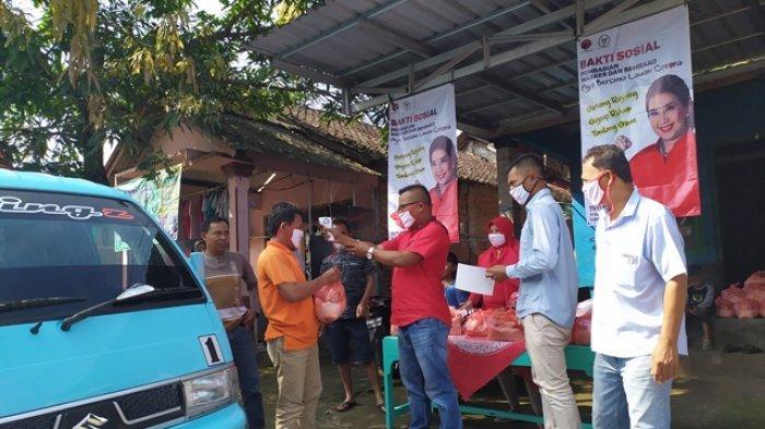 Peduli Warga Terdampak Virus Corona, Relawan DPR RI Tuti Roosdiono Bagikan Ratusan Paket Sembako