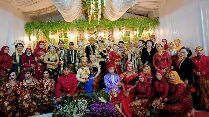 PEKERJA SENI - Sejumlah makeup artis dan rias pengantin foto bersama beberapa pranatacara yang tergabung dalam wadah Janur Kuning Demak dan sekitarnya seusai acara simulasi pengantin adat jawa beberapa hari lalu
