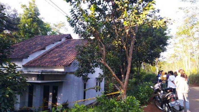 Sejumlah warga melihat rumah yang menjadi TKP dugaan pembunuhan di Dusun Doro RT 01 RW 05 Desa Bangunsari, Kecamatan Pageruyung Kabupaten Kendal, Senin (10/5/2021).