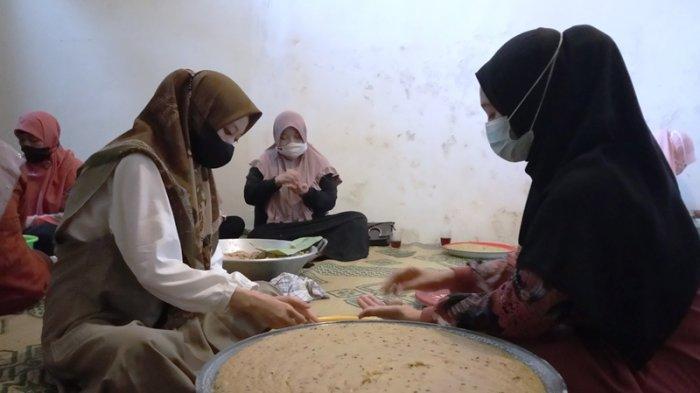 Sejumlah warga tengah mengolah bahan makanan untuk dijadikan bubur asyura, Rabu (18/8/2021).