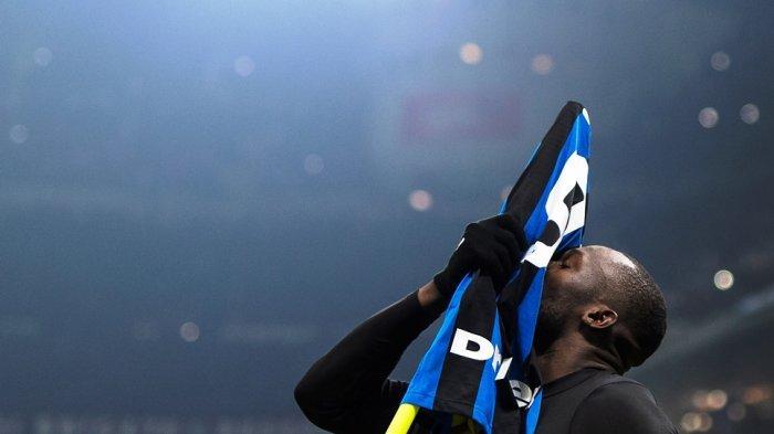 Selebrasi Gol Romelu Lukaku Dianggap Sindir Ibrahimovic, Pasang Jersey di Tiang Pojok Lapangan