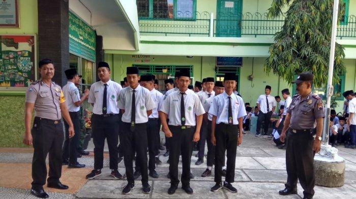 Polisi Pimpin Seleksi Parkibra Upacara HUT Kemerdekaan RI Tingkat Kecamatan Winong