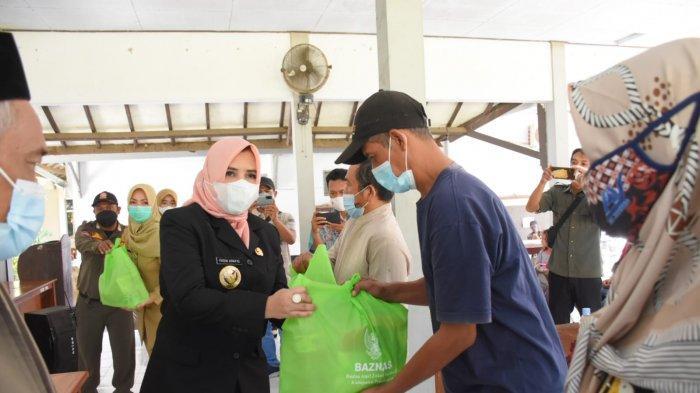 Pedagang dan Warga di Pekalongan Mendapat Bantuan Sembako
