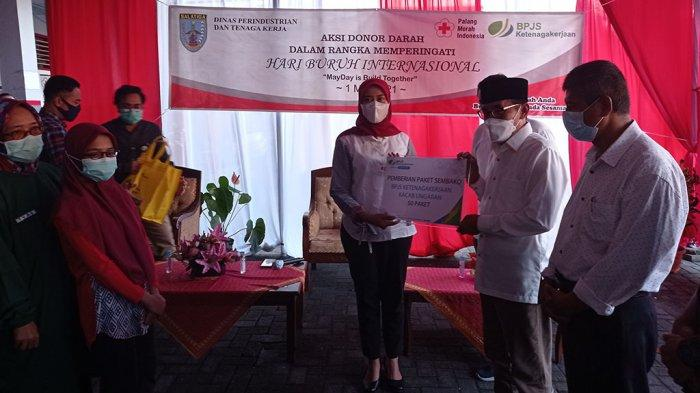 BPJasmsostek Ungaran Salurkan Ratusan Paket Sembako May Day