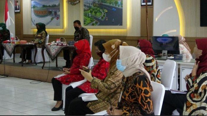 Seminar Parenting dan Peran Bunda Paud Menuju Layanan Paud Berkualitas yang dilaksanakan secara daring dan luring  di Ruang Purwokerto Smart Room Graha Satria Purwokerto, Kamis (8/4/2020).