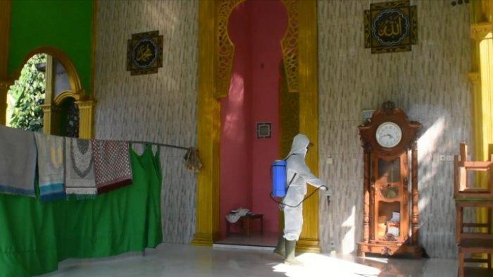 Pemdes Margomulyo Kendal Semprot Disinfektan ke Masjid Jelang Iduladha