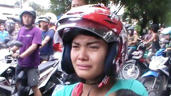 HEBOH, Ibu Ini Menangis Histeris di Jalan Raya, Ternyata. . .