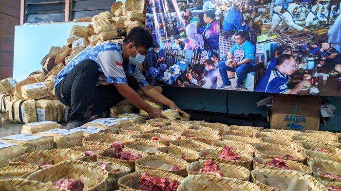 DPC Partai Demokrat Pati Bagikan 800 Paket Daging Kurban dalam Besek Bambu, Lebih Ramah Lingkungan