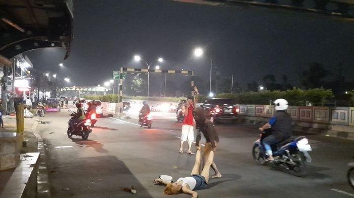 10 Menit, Wanita Muda Ini Guling-guling di Jalan Raya, Bangkit Lalu Jalan Sempoyongan